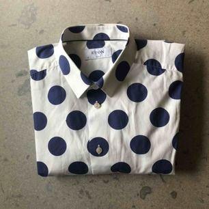 Blåprickig bomullsskjorta från Eton. Stl 43,XL i slimfit. Använd ett fåtal gånger, i bra skick.
