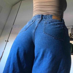 Vida lite kortare jeans, högmidjade!! Från only, w28!! Superfina på onlys culottemodell! Kanten är uppsprättad för en raw kant!