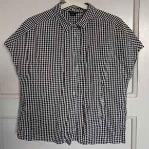 Aldrig använd skjorta från Monki. Kortärmad och har en öppning i ryggen! Luftigt och skönt material