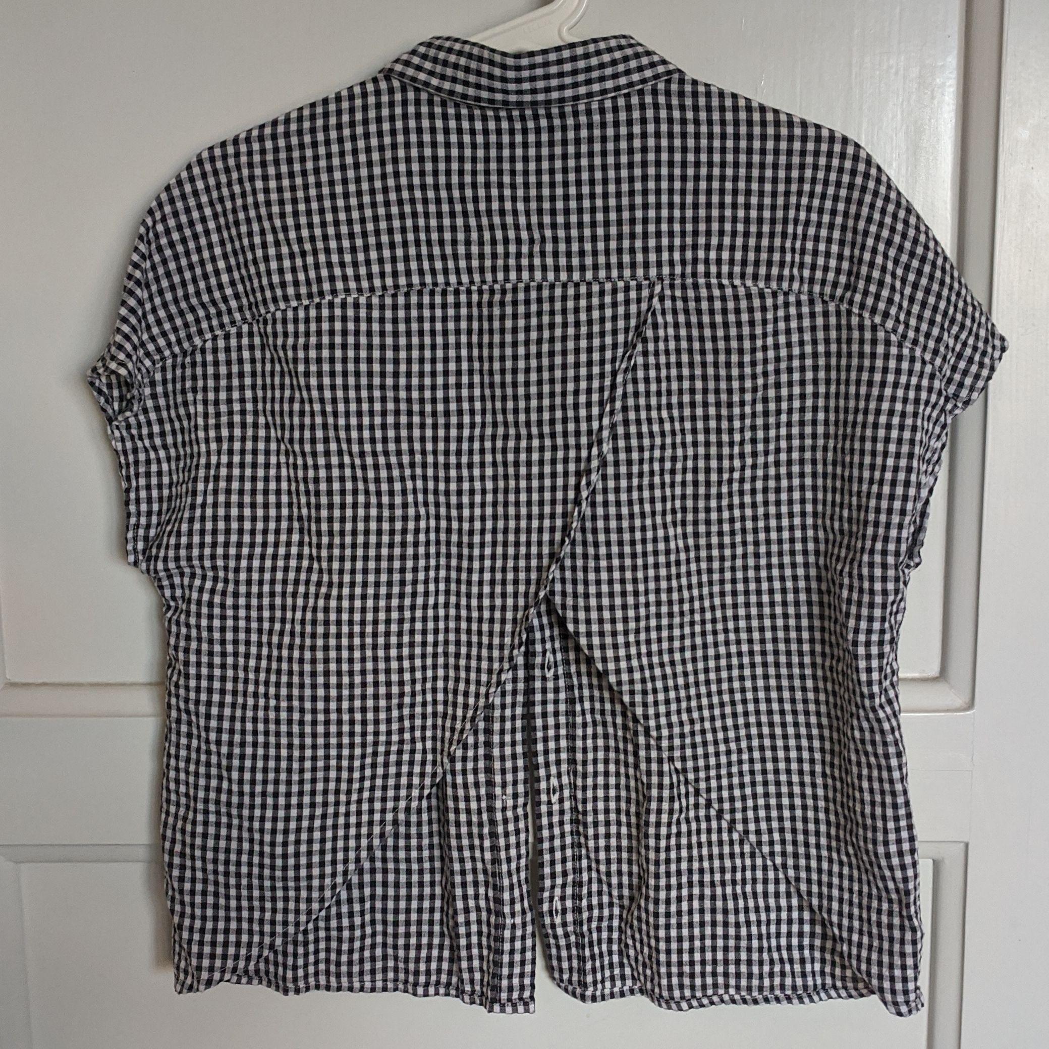 Aldrig använd skjorta från Monki. Kortärmad och har en öppning i ryggen! Luftigt och skönt material. Skjortor.