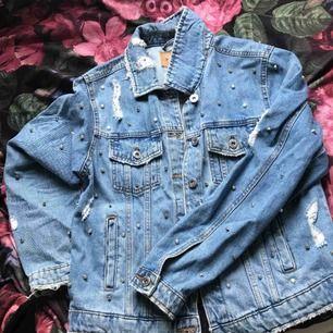 Säljer en jeans jacka använd en gång