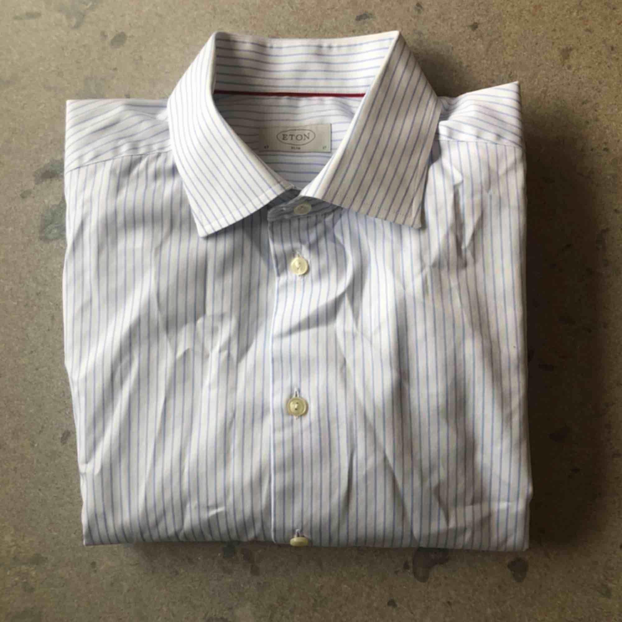Blårandig klassisk vit bomullsskjorta från Eton. Stl 43/17, XL i passformen slim fit. Använd ett fåtal gånger, i bra skick.. Skjortor.
