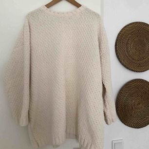 Oversized sweater. States as M/L, fits S as well. From Bershka. Quality: very good. Color: I would say ivory.