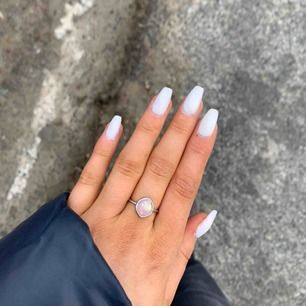 Vacker ring med Sten på, passar mig som jag små händer! Frakten är inräknad💞