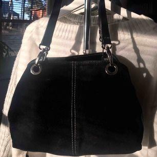 Sjukt snygg handväska från Prada (dock lite sliten, se bild 2)🤎🤎🤎