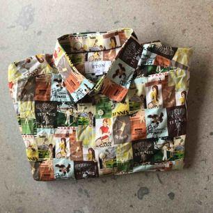 Färgglad och modern bomullsskjorta från Eton. Ser ut som små vykort från typ 50 talet över hela skjortan. Stl 43/17 XL i passformen slim fit. Använd ett fåtal ggr, i bra skick.