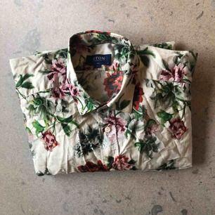 Elegant färgglad skjorta från Eton. I 100% bomull med blomdetaljer. Stl 43/17 XL, i slim fit. Använd ett fåtal gånger, i bra skick.