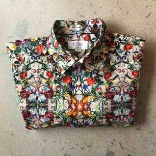 Färgglad modern bomullsskjorta från Eton. Stl 43/17 XL, slimfit. Använd ett fåtal gånger, i bra skick.