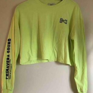 (Inkl frakt) neon grön långärmad tröja från Pull & Bear.   Tröjan är i fint skick och bara använd fåtal gånger. Säljer då den inte är min stil.❤️