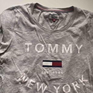 T-shirt från Tommy Hilfiger denim. 100kr +frakt. Kan skicka fler bilder, stryks självklart innan 🌟