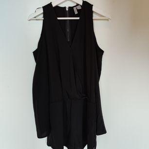 Svart Cold shoulder jumpsuit fråm H&M. Slits längst ner vid armarna. Skriv för mer info, köpare står för frakt✨
