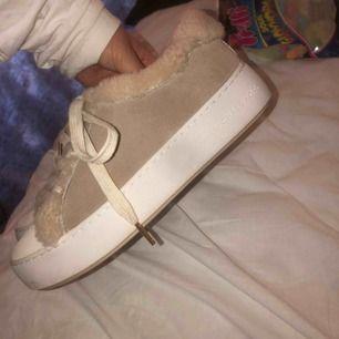 super fina ulliga skor från Michael kors skor som är i super fint skick då dom knappt är använda🥰🥰