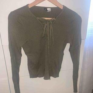 Grön, ribbad tröja med knytning vid brösten, (färgen är inte lika tydlig på bild). Frakt tillkommer💓