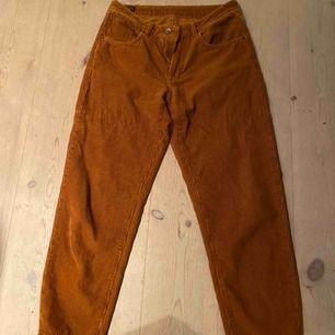 Häftiga manchesterbyxor i en orange/brun färg. Köpa från Carlings. Snygg passform och färg.