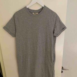 Fin t-shirt klänning från Pull&Bear. Tvättad och använd 1 gång