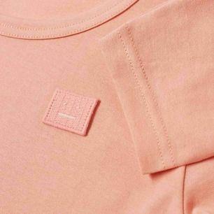 """Acne Studios Nash L Face i färgen """"Pale Pink"""". Långärmad t-shirt. Unisex, strl M men lite oversized modell. Säljer då den är för stor tyvärr. Mycket fint skick, finns inga tecken av användning"""