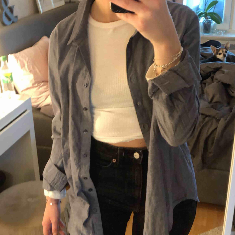 Fin gråblå overshirt eller skjorta. Använd en gång alltså nyskick. Skjortor.
