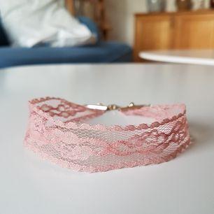 Så fin rosa choker i spets 😍 Säljer för att det inte är min stil längre! Möts upp i Uppsala eller Stockholm, annars står köparen för frakten 😚