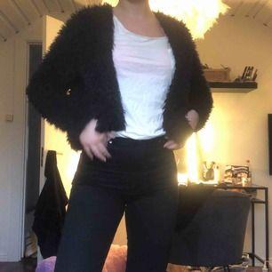 Super fin kofta eller jacka i svart fusk päls🥰🥰super skön