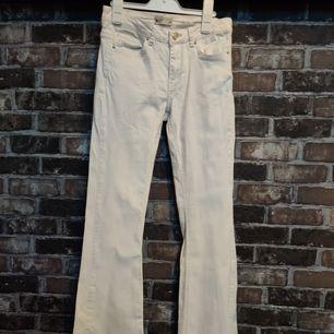 Vita utsvängda jeans med mycket stretch i❣️ Fick ärva men tyvärr för långa för mig, i gott skick! Skriv för mer info, köpare betalar frakt