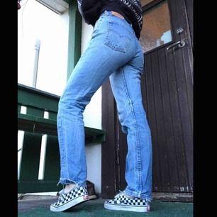 Ett par Levis jeans köpta på Beyond retro för 600kr 🌸använda fåtal gånger men nu hoppas jag att någon annan får användning för dom🥰400kr med frakt inräknad!