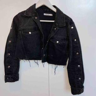 Snygg jeans jacka från nakd med knappar på ärmarna , och klippt till midjan ungefär.