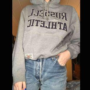 En cool vintage hoodie från Russel athletic, hål vid muddarna på ärmarna🌸150kr+70kr frakt🌸