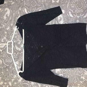 Super söt tröja från Zara! Säljer pga den är för liten där av att jag inte visar den på. President kan diskuteras och troligtvis sänkas! Spets runt hela tröjan men man ser inte mycket igenom. Kan kanske mötas upp i Sthlm. 50kr +frakt