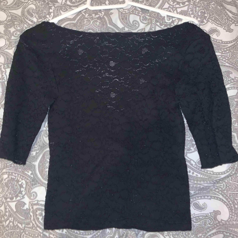 Super söt tröja från Zara! Säljer pga den är för liten där av att jag inte visar den på. President kan diskuteras och troligtvis sänkas! Spets runt hela tröjan men man ser inte mycket igenom. Kan kanske mötas upp i Sthlm. 50kr +frakt. Skjortor.
