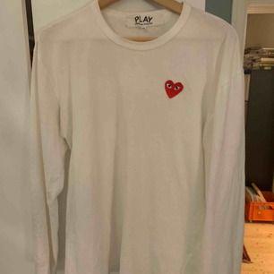 CDG tröja i storlek XL men sitter som en M, perfekt använt skick, frakt tillkommer