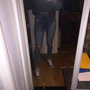"""Skinny jeans med hål på knäna. Från american eagle och är i storlek 00 vilket passar mig som är 175 och brukar ha storlek S. Köpta i usa för 45 $. Har använt dom ett antal gånger så dom har förlorat lite utav färgen men det är det ända som är """"slitet""""🦋"""