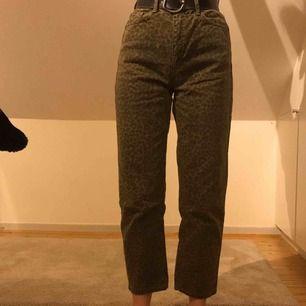 Säljer dessa gröna leopardmönstrade mom jeansen som jag köpte för 600kr. De har blivit för stora för mig och därför använder jag dem inte längre. I gott skick! Frakt tillkommer - om du inte kan mötas upp i centrala stockholm.