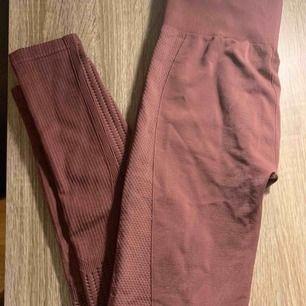 Ett par bruna högmidjade tränings-tights från HM. Bara använda en gång. Säljer pga att de är för långa på mig som är 155