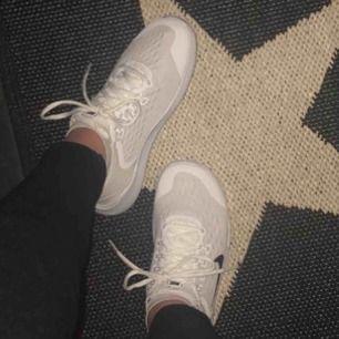 Säljer mina vita Nike tennisskor  Dom ser ut som nya, sparsamt använda storlek 37 men passar 38 också