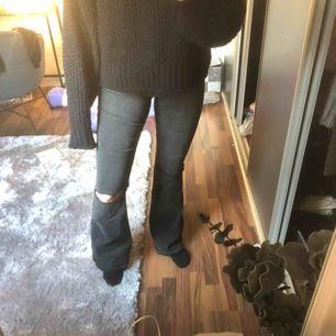 Super snygga jeans med hål på knäna, använda fåtal gånger🥰🥰
