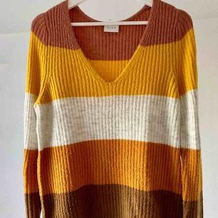 Stickad randig tröja från VILA som jag enbart använt två gånger. Inköpt hösten 2019. Storlek M.