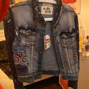 jättefin & unik jeansjacka med typ nät ärmar(?) helt ny med prislappen kvar, köpt i Spanien & även därför jag ej kunde lämna tbx den, står stl 44 men skulle säga att den passar allt upp t M eller liten L