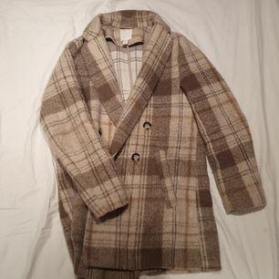Säljer denna populära kappa från hm pga att jag inte får någon andväning för den. BUDA FRÅN 100 KR