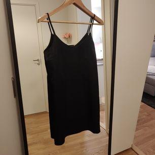 Ny satin klänning i storlek S. Aldrig använd 🙂. Frakt tillkommer 44kr 📬. Man får alltid bildbevis och postbevis av paketet 💕.