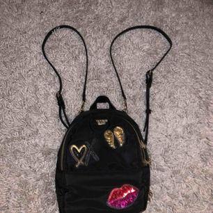 Fin väska från VS (Victoria Secret) och är aldrig använd så är som ny. Köptes väldigt dyr men säljer bara för 300 kr! Köparen står för frakten❤️
