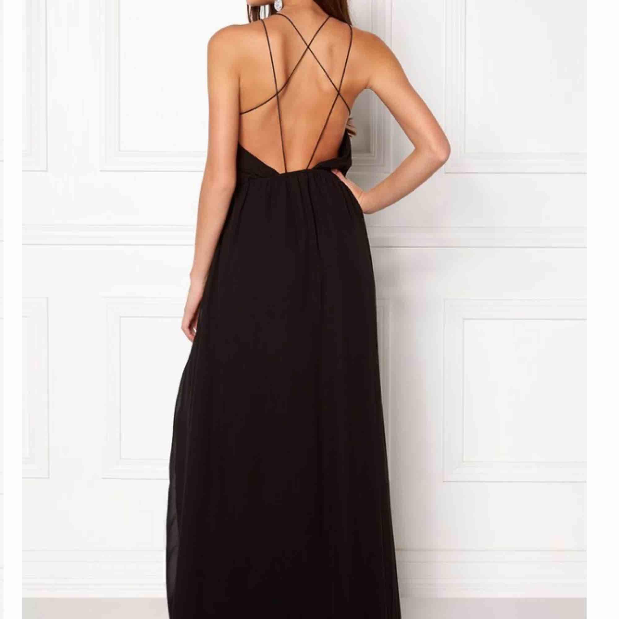 Säljer min superfina slutsålda balklänning, nypris 600 kr, frakt tillkommer på 79 kr:). Klänningar.