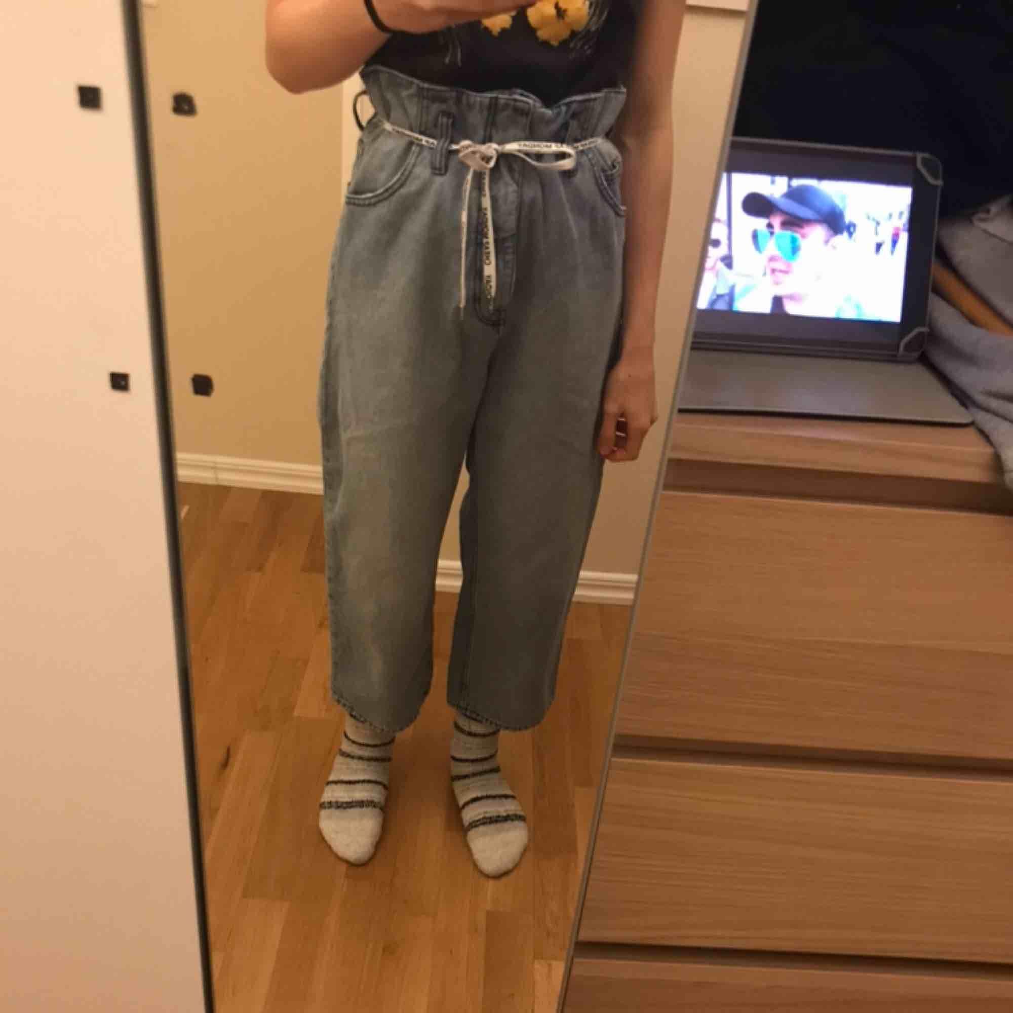 Fina loose fit jeans från cheap monday, köpta för cirka 400kr och använda kanske 10 gånger. Köparen står för frakten. Jeans & Byxor.