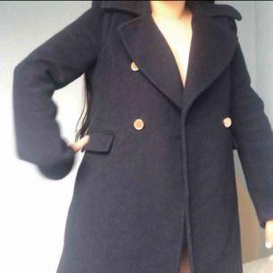 Jätte fin marinblå kappa både till vinter och hösten bra skik så otroligt fin