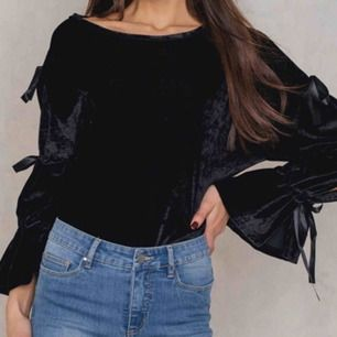 Fin svart velourtröja från na-kd x Therese Lindgren, sitter normalt men kommer tyvärr inte till användning längre. Använd kanske 5 gånger och tror att den kostade 300kr. Köparen står för frakten