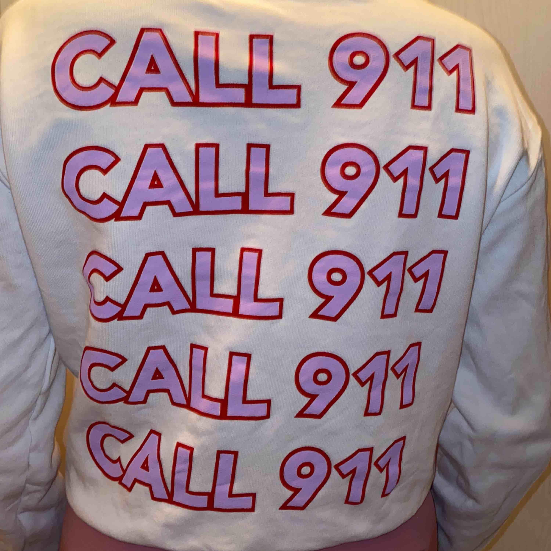 Super cool tröja från nakd!!! Tror ej den säljs längre men är osäker!! Knappt använd💘💜. Tröjor & Koftor.