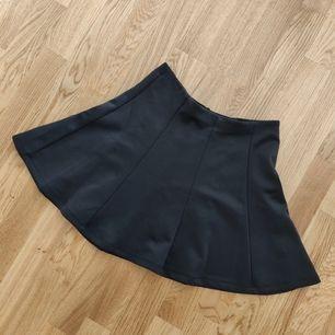 Ny kjol, har inte kommit till användning, har endast testat för bilden så ni kan kolla hur den ser på ♥️. Kjolen är mycket stretching i midjan 🌸. Frakt tillkommer 44kr📬. Man får alltid bildbevis och postbevis av paketet 💕.