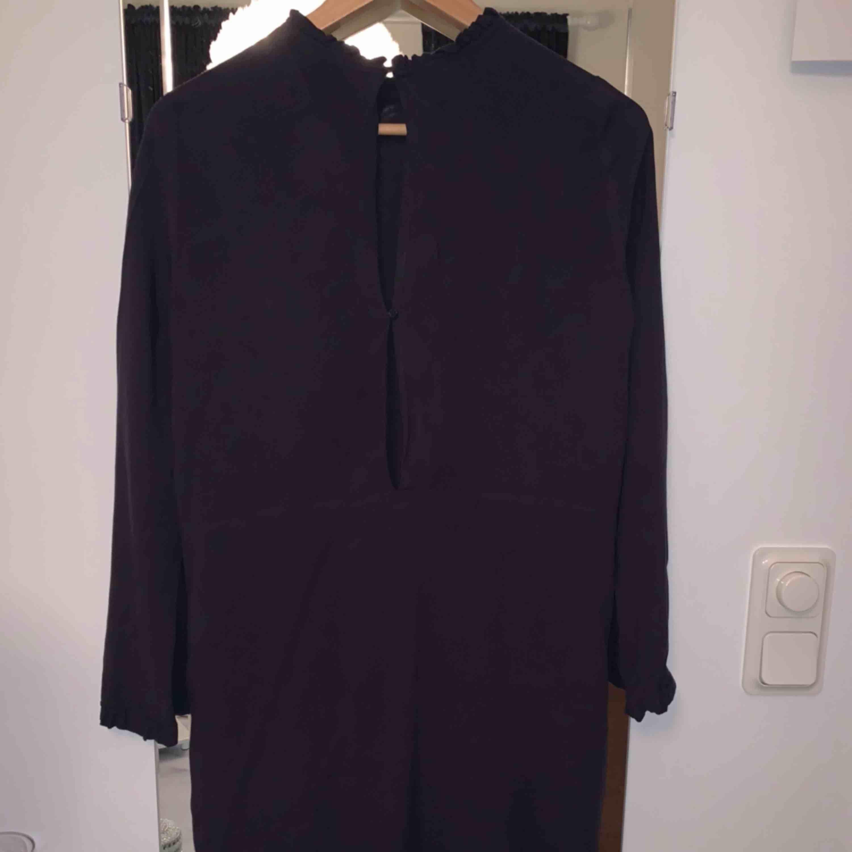 mörkblå stilren klänning i storlek 34. Frakt tillkommer. Klänningar.