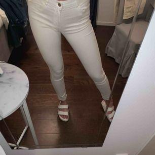 ett par skitsnygga vita jeans. Frakt tillkommer.
