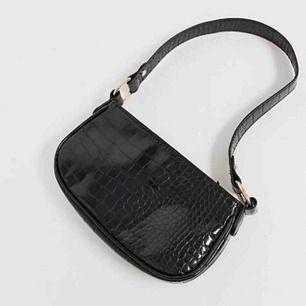 SÖKERRRR!!!  Är det någon som har denna väska från asos och som skulle kunna tänka sig att sälja den? Isf skriv!! Vi kan diskutera pris. :)!! 🥰💗💓