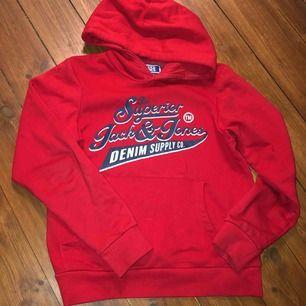 Röd hoodie från jack Jones barn❤️👕 Storlek 152  Inte så använd och säljer pga samma anledning  Kan mötas upp i Stockholm eller frakta (köparen står då för frakten)